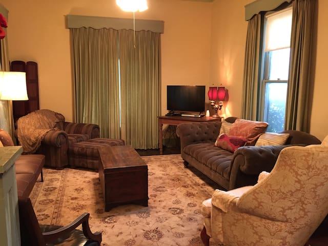 CHARMING HISTORIC HOME~ SLEEPS UP TO 10~ DOWNTOWN - Llano - Hus