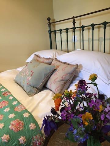 Charming Rooms in Rural Barn - Lasham Hill - Bed & Breakfast