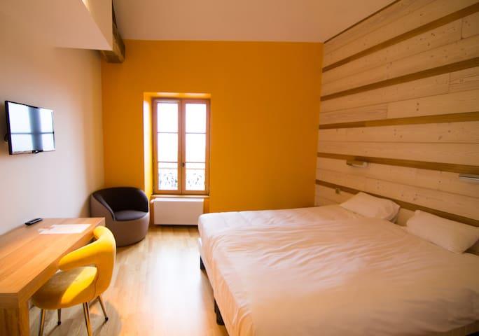 Chambre Double Deluxe 'Tournesol', centre ville - Ambierle - Pousada