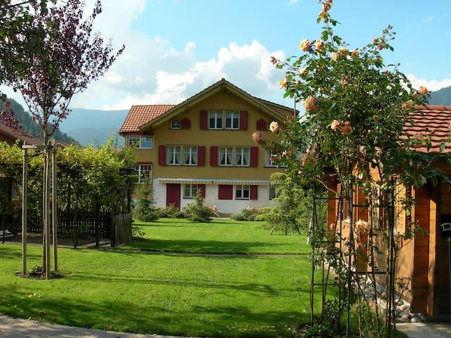 Spezielle Wohnung mit Garten inmitten der Bergwelt - Wilderswil - Appartement