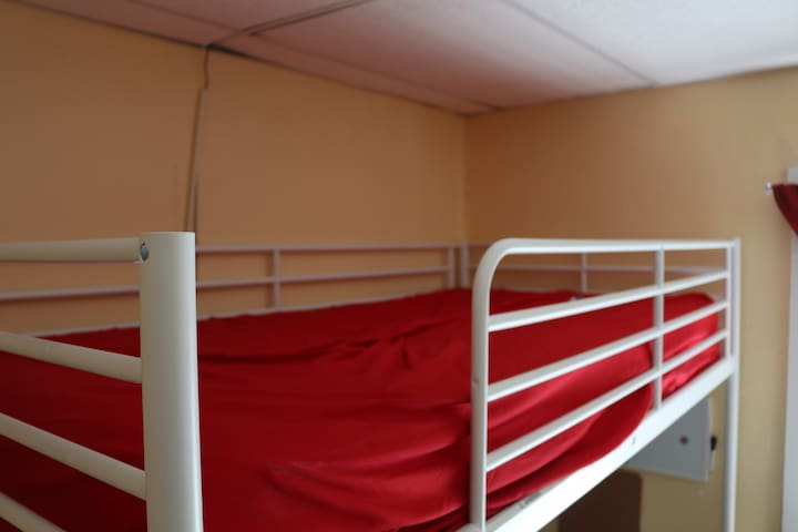 A bunk bed,  Come and crash for the night, cheap! - Worcester - Departamento