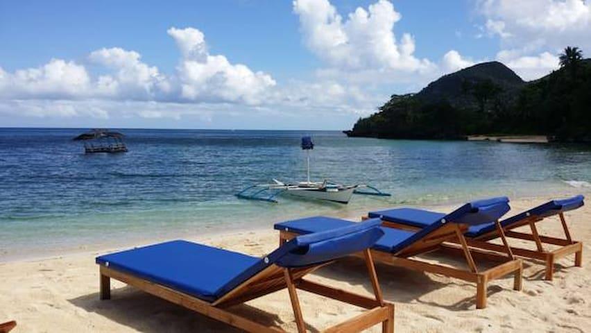 White Beachfront Holiday home with ocean view. - Buruanga - Pousada