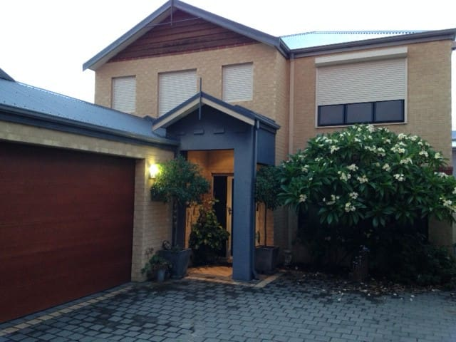 Great for families, master & twin bedroom & lounge - Joondanna