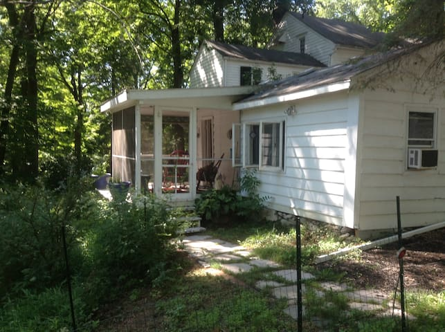 Our cozy, comfortable country guest cottage - Poughkeepsie