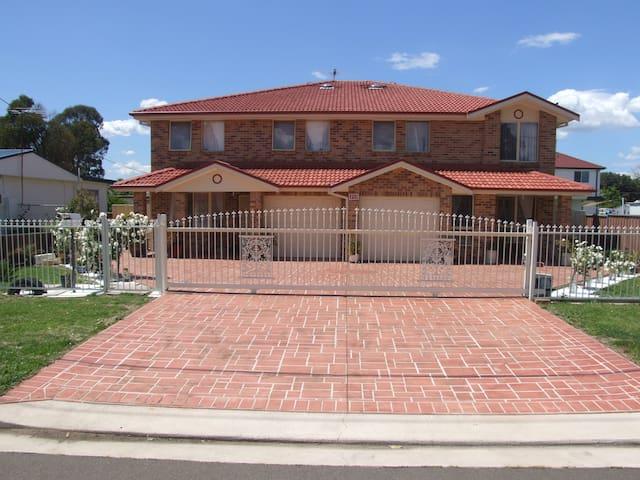 Modern brick/veneer 4-bedroom home - Blacktown - Rumah