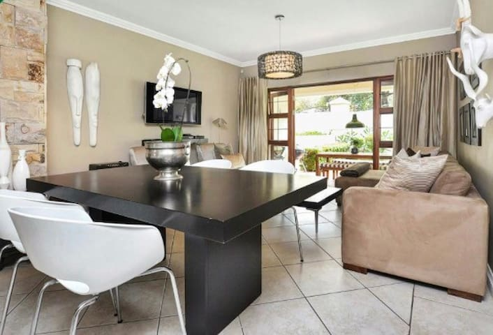 Stylish and fully equipped apartment with garden - Sandton - Departamento