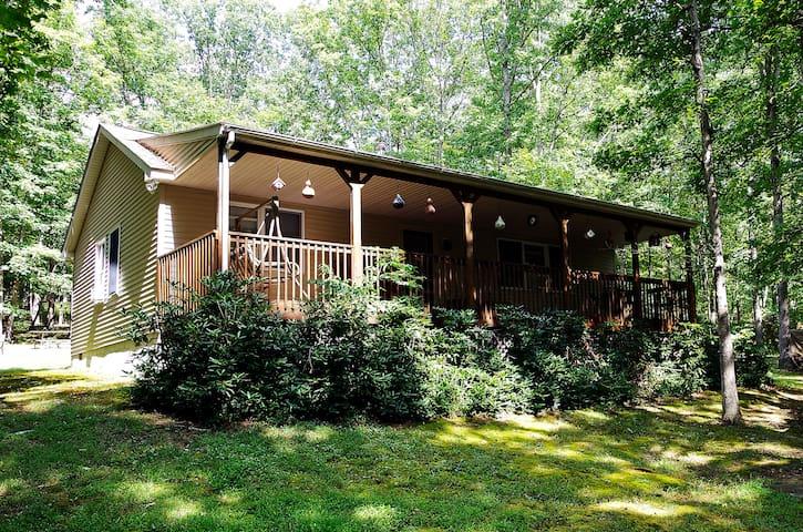 Rustic Mountain Retreat on 24 Acres - Oldtown - Houten huisje