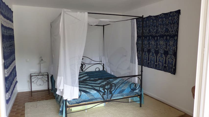 Lit baldaquin avec matelas Tempur - Pinel-Hauterive - Appartement