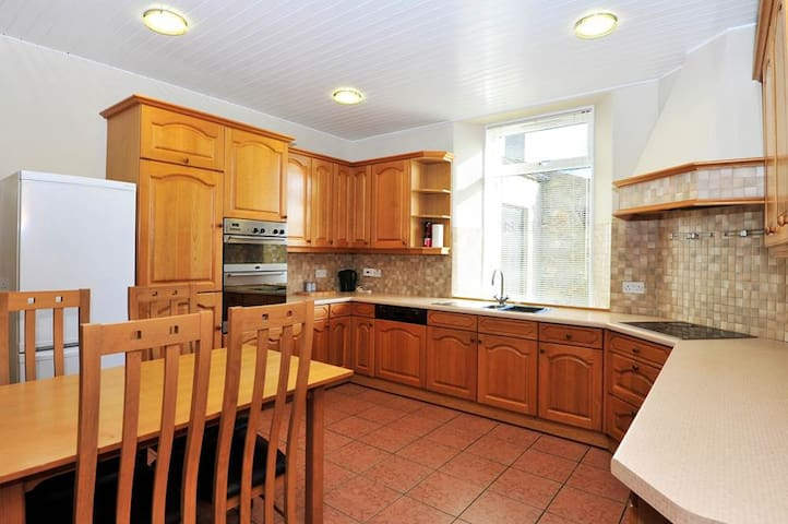 Dyce centre near train station with free parking - Dyce - Квартира