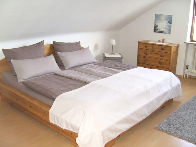 Helles Doppelzimmer mit Bad - Hartheim am Rhein
