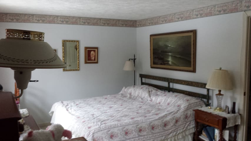 Master Bedroom with King-sized Bed & Private Baths - Nashua