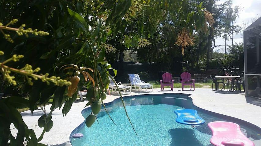 Pet Friendly Pool Home & Complimentary Breakfast! - Stuart - Casa