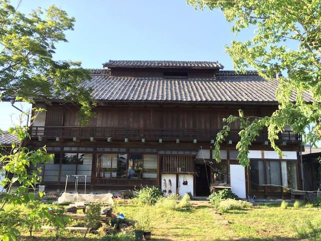 自然を感じる日本家屋(床の間のある部屋) - Takasaki - Dom