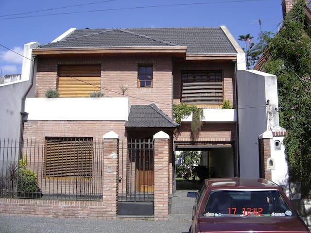 Excelente Casa de 3 pisos del 2001. - Remedios de Escalada