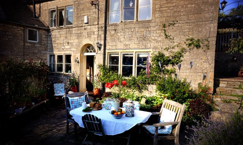 B&B in traditional Cotswold cottage - Stroud - Bed & Breakfast