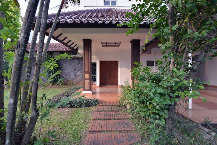 House with swimming pool in Jakarta (w/ WIFI & TV) - Bintaro - Villa