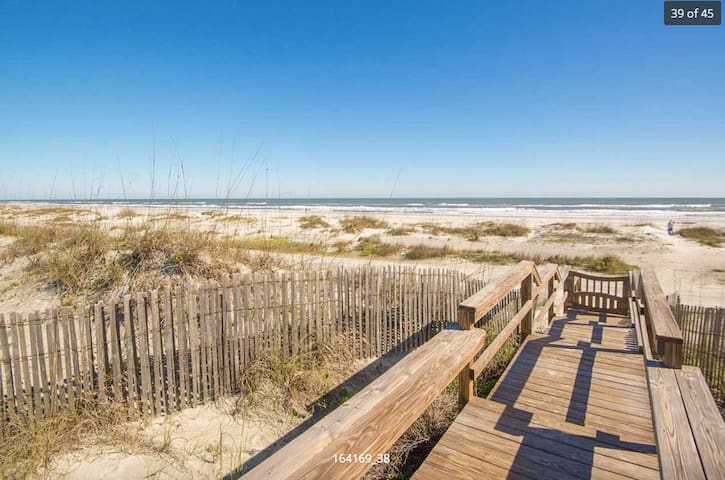 Beach Side Cottage steps from the Ocean and Pool - St. Augustine - Huis