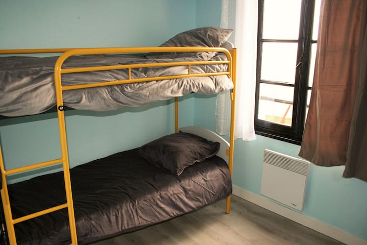 """Les Roches"" - Merry-sur-Yonne, Twin Bunk Room - Merry-sur-Yonne"