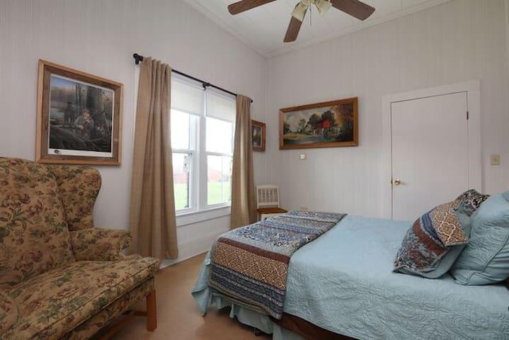 Cypress Room - in Mrs. Rose's Bed & Breakfast - Kaplan - Bed & Breakfast