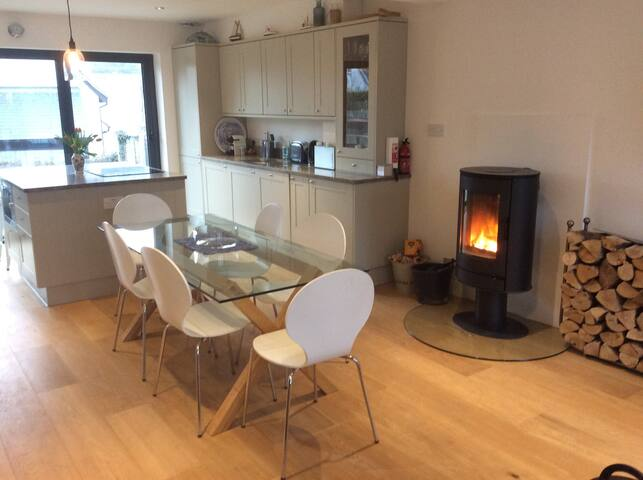 Mersea Island cottage with wood burner by the sea - West Mersea - Hus