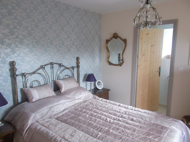 Private En-suite Bedroom in a Converted Barn Home. - Bais - Bed & Breakfast