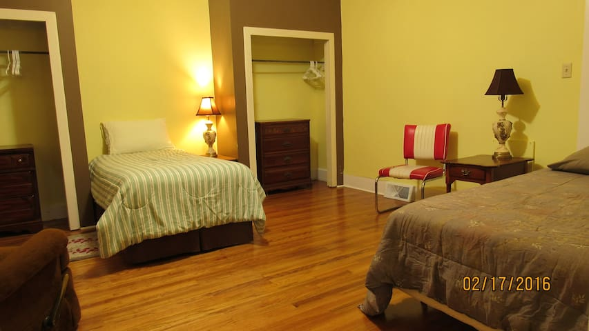 Twin Bed #1 in Yellow Room - Mount Vernon - Hus