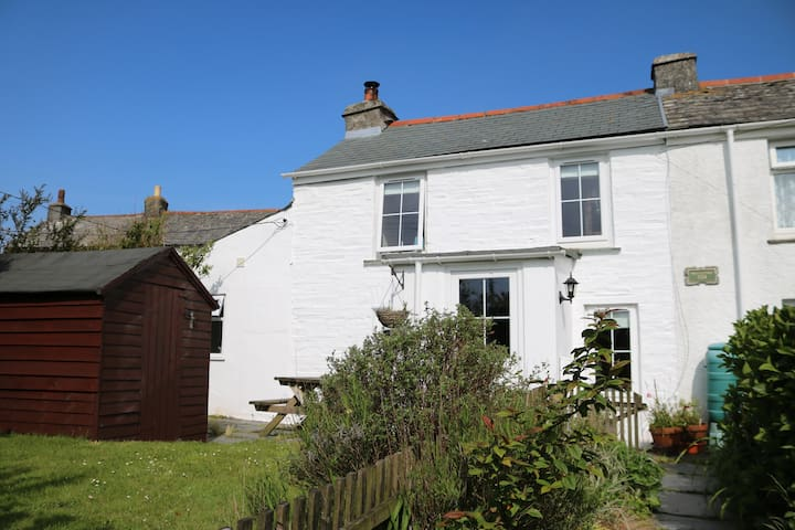 Rustic Cottage with views across to the moors - Delabole