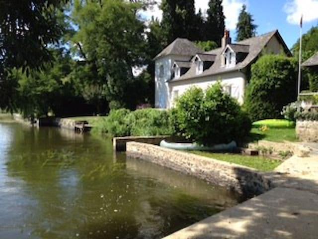 Petite maison de charme en bord de rivière - Ménil - Huis