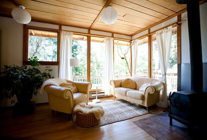 Cozy, nest- like cabin on SSI, BC! - Salt Spring Island - Houten huisje
