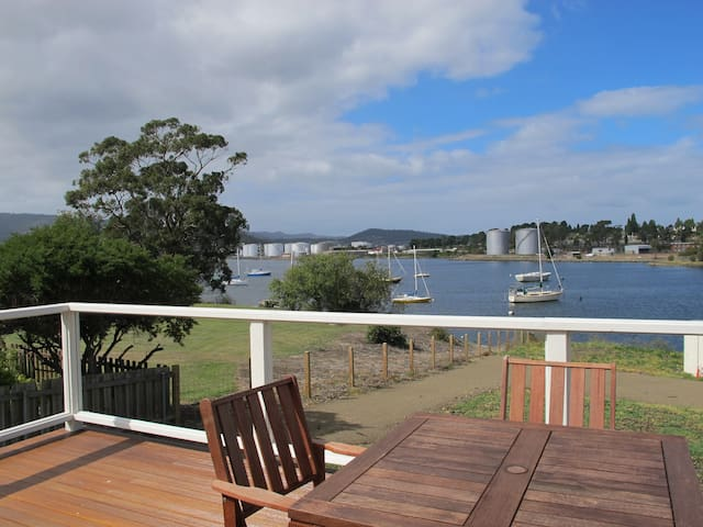 Bridge's House: Waterfront Property - Lutana - Huis
