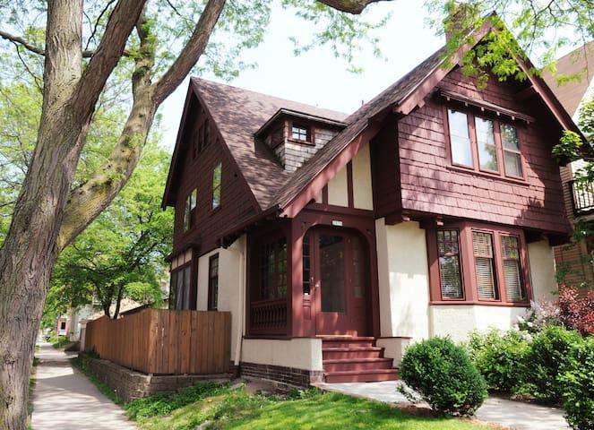 3-East side Arts & Crafts Tudor - Milwaukee - Casa