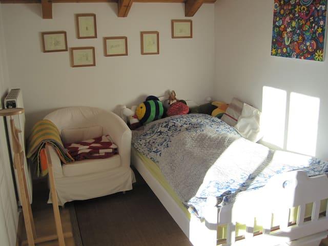 gemütliches Zimmer mit Hochbett - Holzkirchen - Casa