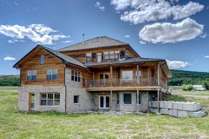 Rustic Luxury Retreat, Heritage Home Near Priddis - Millarville - Hus