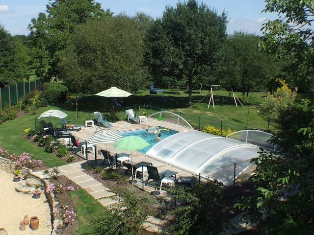 Two bedroom cottage - heated pool - Saint-Servant - Huis