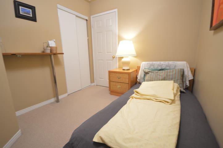 Quiet & Cozy Bedroom near YYZ, Square 1, DT - Mississauga