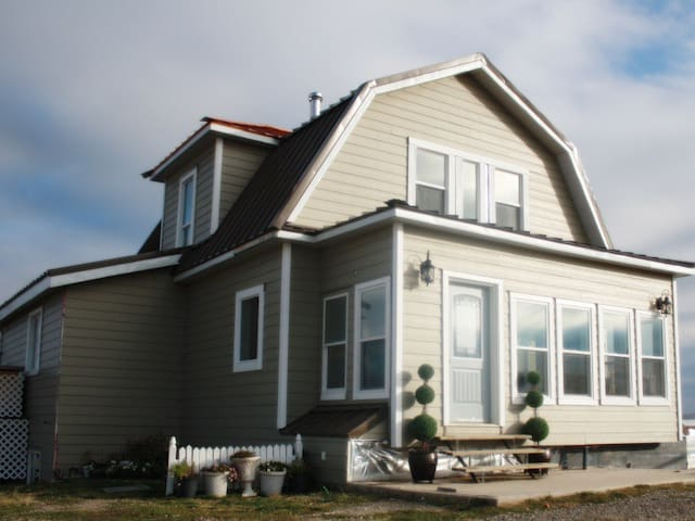 Famous 100 Year old Heritage Home Near Waterton! - Cardston County