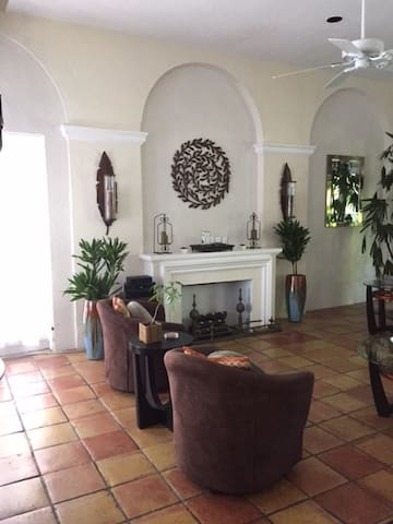Highly Desirable Phipps Plaza Hideaway - Palm Beach - Byt