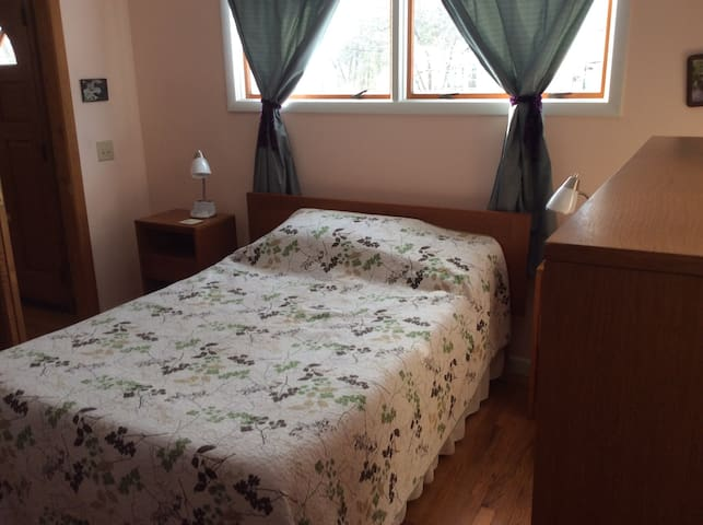 Bedroom/living room in quiet neighborhood - Guilford - Hus