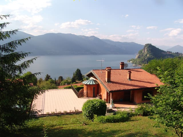 Enjoy a fantastic lake panorama and a private pool - Castello