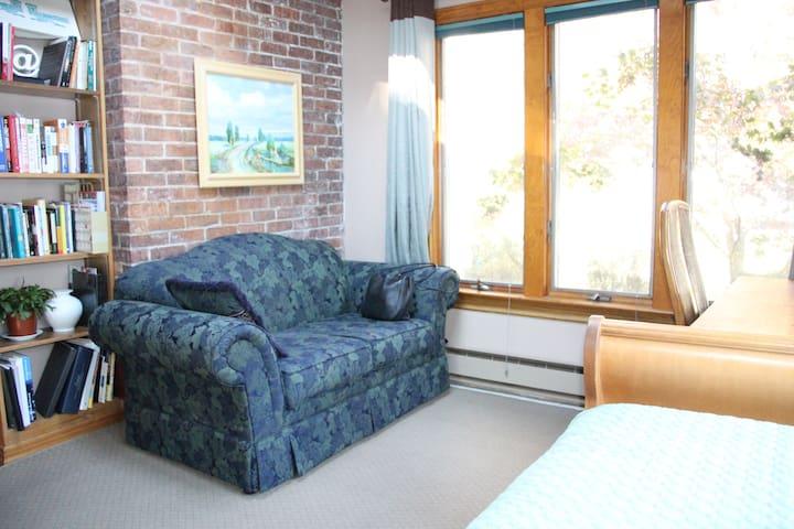 Deluxe in-law suite w private entr. - Trenton - Hus