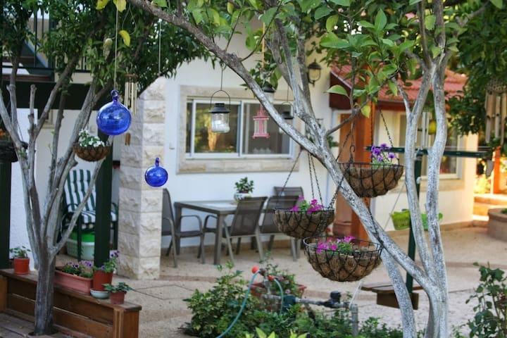 Charming country cottage + garden - Shorashim - Daire