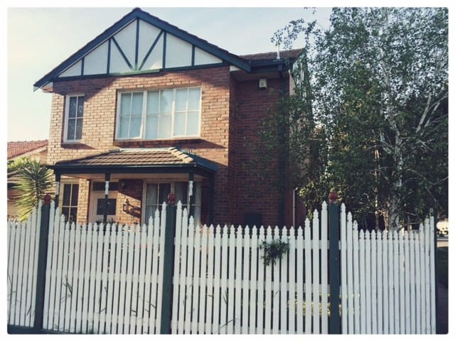 Charming townhouse, close to cafes & transport - Caulfield South
