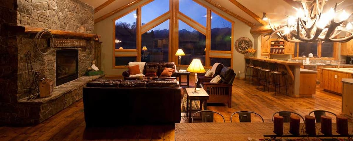 Beautiful Lodge on Working Cattle Ranch - Livingston - Hus
