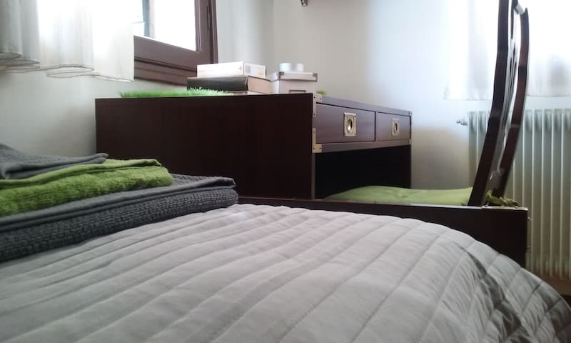 Quiet room in the old town centre - Conegliano - 一軒家