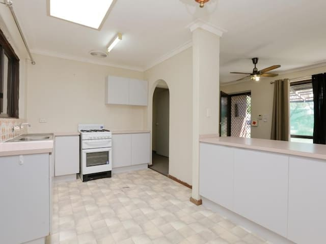 Bright, neat, convenient and fully furnished house - Armadale - Casa