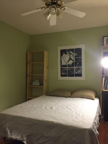 Bedroom with Memory Foam queen bed - Murfreesboro - Talo