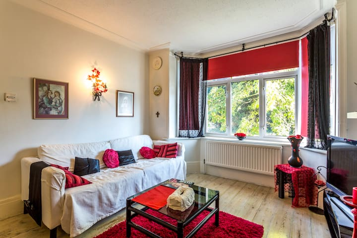 3 Bedrooms in a house: 1 Double & 2 Single Beds - Widley - Bed & Breakfast