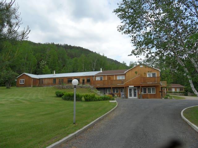 Auberge le Relais des Hautes Gorges - Saint-Aimé-des-Lacs - Bed & Breakfast