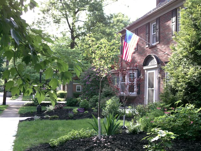 Uptown Colonial in peaceful area - Harrisburg - Casa