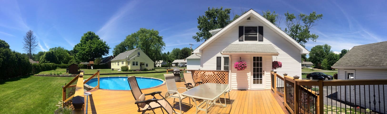 Master suite at Quaint Home! - Schenectady - Casa